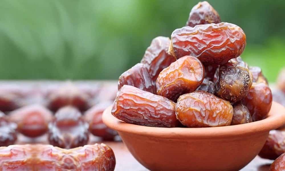 eating dates1 1000 x 600 Hurmanın Kalp Krizi, Hipertansiyon Ve Kolesterol İçin Faydaları