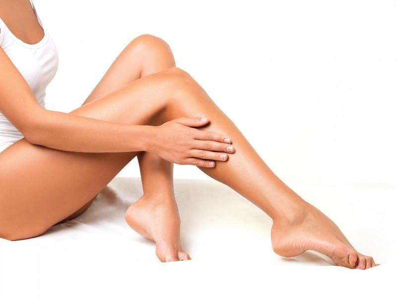 Bacakları bronzlaştıran, parlatan ve nemlendiren krem ve sprey markaları