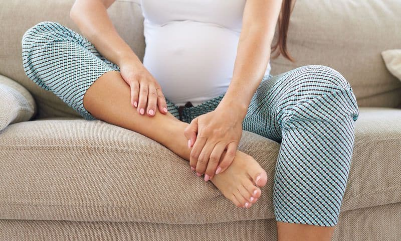 Hamilelikte ayak şişmesi nasıl geçer? Sebepleri neler?