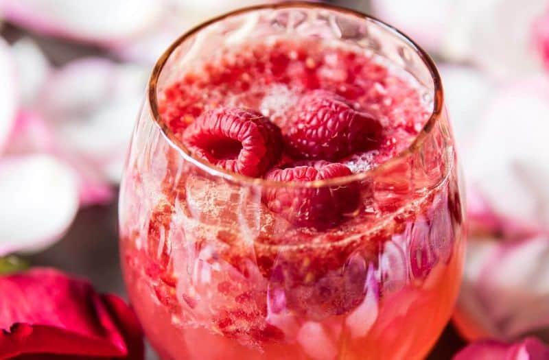 Yazın ferahlatan gül aromalı soğuk içecek tarifi