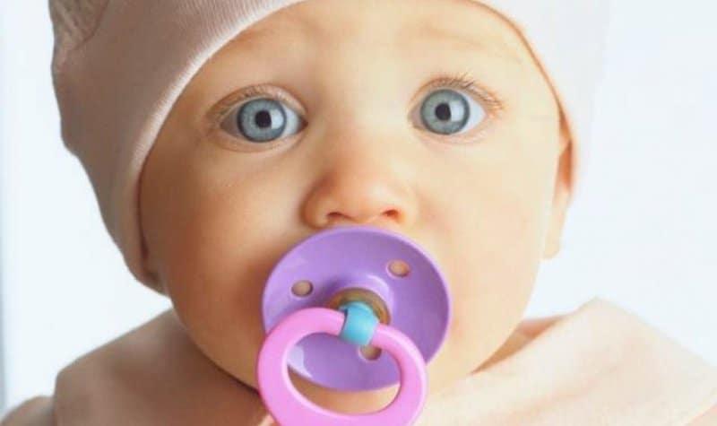 Bebeğe emzik ne zaman bıraktırılmalı? Bebeğinizi emzikten kesmenin yolları