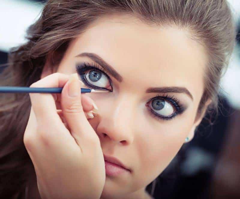 İri göz makyajı nasıl yapılır? 5 dakikada gözlerinizi daha büyük gösterin!