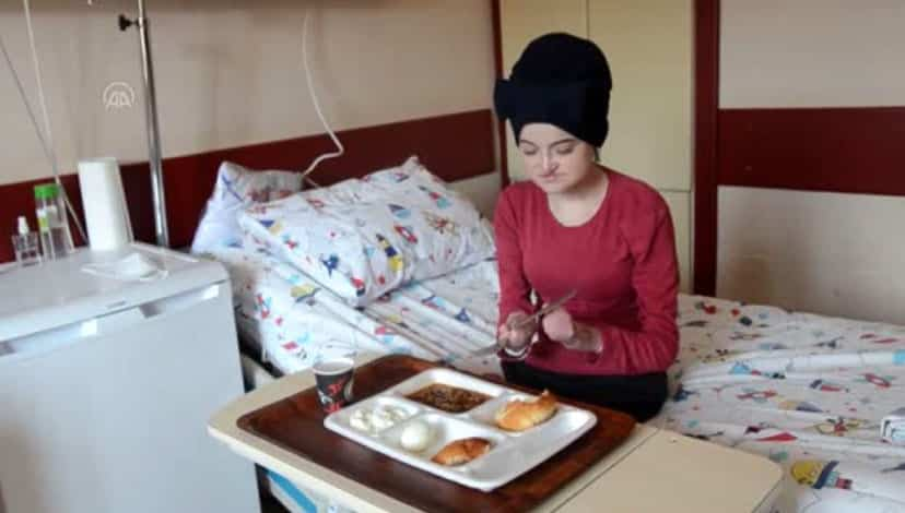 Kelebek hastası kadın, ameliyattan sonra ilk defa katı gıda yedi