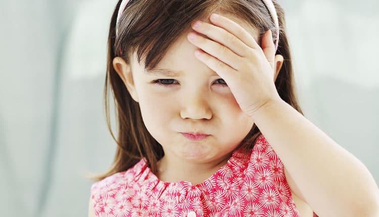 Çocukların göz bebekleri aşağı bakıyorsa beyin tümörünün işareti olabilir!
