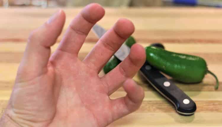 Ellerim biber gibi yanıyor. Eldeki acı biber acısını ne geçirir?
