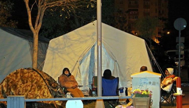 İzmirli depremzedeler geceyi çadırda geçirdi