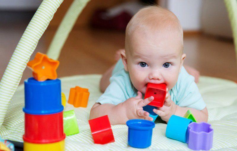 0-3 ay, 3-6 ay, 6-12 ay bebek oyuncakları nasıl olmalı?