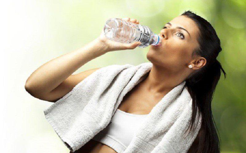 1 haftada boyunca sadece su içerek kaç kilo verilir?