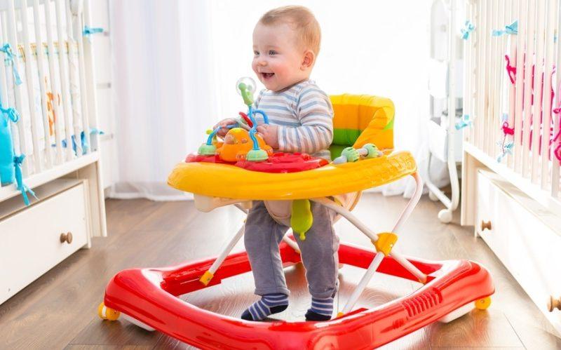 Bebeğiniz için ilk adım arabası mı yürüteç mi sağlıklı?