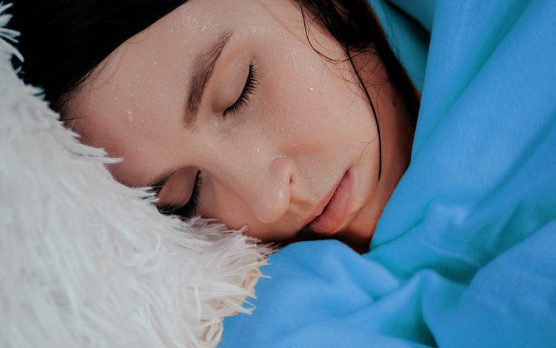 Gece uykuda aşırı terleme neden olur, neyin belirtisi? Nasıl geçer?